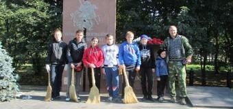 Казачьи классы школы № 61 следят за состоянием памятников.